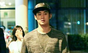 Kim Soo Hyun lặng lẽ lên xe ngay khi đến TP HCM
