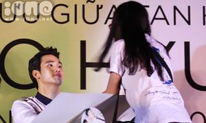 Kim Soo Hyun thân thiện bắt tay fan Sài Thành