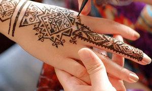 Khéo léo trộn mực vẽ henna dễ ẹc tại nhà