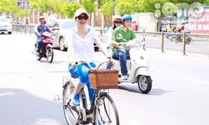 Mỹ Tâm đi xe đạp đến gặp fan