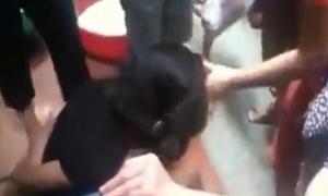 Video cô gái ăn trộm bị trói tay, giật tóc