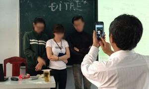 Sinh viên đi học muộn bị thầy giáo bắt khoanh tay chụp hình