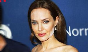 Angelina Jolie liên tiếp mất hình tượng vì mặt nhọ, tay lem