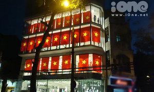 Cờ đỏ sao vàng phủ rợp 2 tòa nhà cao tầng Hà Nội