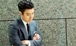 Sao Hàn 16/5: Fan xuýt xoa trước dáng ngủ ngồi lịch lãm của Si Won (SuJu)