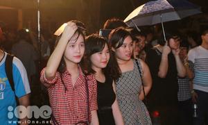 Teen Lomonoxop dầm mưa biểu diễn suốt tối