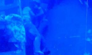 Cặp tình nhân ôm nhau khi chết đuối dưới biển