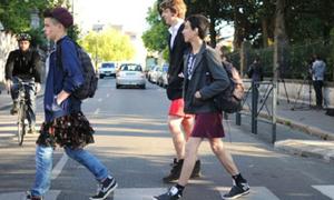 Nam sinh Pháp vui vẻ mặc váy đến trường