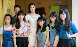 Ngọc Hân xinh tươi dự lễ Trưởng thành của teen Trần Nhân Tông