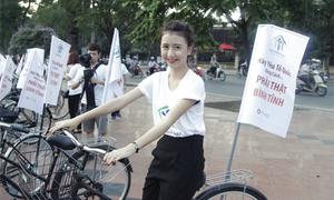 Bê Trần - Quỳnh Anh Shyn đạp xe kêu gọi 'yêu nước bình tĩnh'