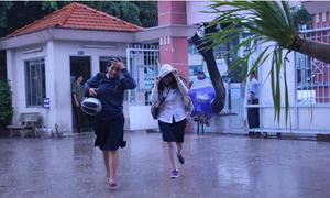 Teens 12 Sài Gòn ướt nhẹp vì đội mưa đi thi