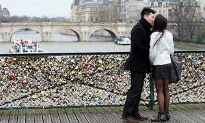 Vẻ đẹp lãng mạn của 'cầu tình yêu' Paris trước khi bị sập