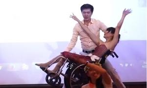 Video bạn trẻ khiêu vũ trên xe lăn gây xúc động