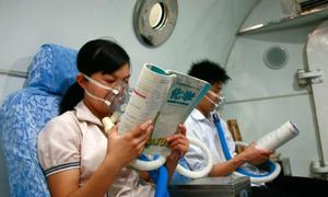 Teen Trung Quốc vừa thở oxy vừa học bài