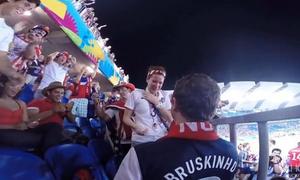 Fan bóng đá cầu hôn bạn gái trên khán đài