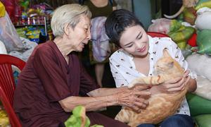 Ngọc Hân đi thăm bà cụ chuyên cưu mang chó, mèo bị bỏ rơi