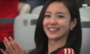 Nữ phóng viên Hàn xinh xắn khiến fan bóng đá rung rinh