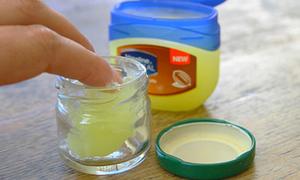 Tips: Công dụng làm đẹp bất ngờ từ Vaseline