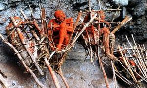 Bộ tộc hun khói người quá cố treo vách núi