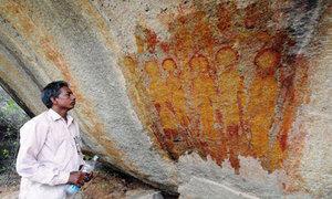 Phiến đá cổ 10.000 năm vẽ hình người ngoài hành tinh và UFO
