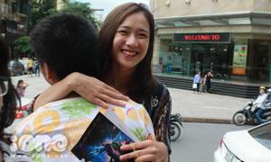 Trâm Anh và bạn trai bất ngờ khi được 'ôm miễn phí'