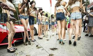 Hot girl đua nhau dắt cua đi dạo phố ở Bắc Kinh