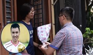 Bạn trẻ đội mưa tặng hoa trước nhà Toàn Shinoda