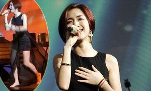 Hòa Minzy cởi phăng giày nhảy cùng fan