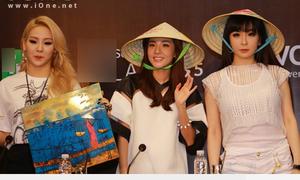 2NE1 đội nón lá cực xinh, Dara nói 'xin chào'