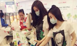 Facebook sao 10/8: Chị em Phương Trinh đeo khẩu trang kín mít đi siêu thị