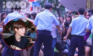 Clip: Bảo vệ bó tay nhìn fan Lee Jong Suk phá hàng rào