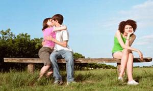 Làm gì: Bắt gặp người yêu đang tình tứ với người khác?