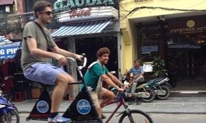 Ảnh hot: Chàng Tây đạp xe cực độc trên phố Hà Nội