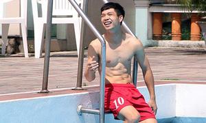 'Người hùng' U19 Việt Nam khoe thân hình trắng trẻo, thư sinh