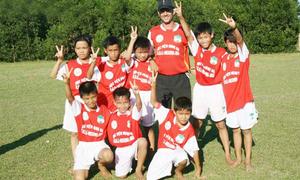 U19 Việt Nam đầu trần, chân đất thuở đen nhẻm