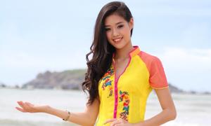 Nữ sinh 1,78m đẹp nền nã với áo dài trước biển