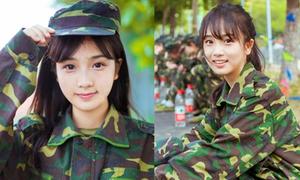 Thiếu nữ mặc quân phục xinh xắn 'đốn tim' phái mạnh