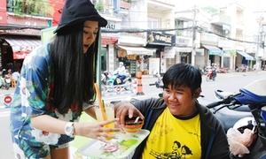 Tam Triều Dâng làm bồi bàn xinh xắn phục vụ khách
