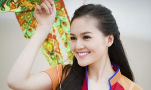 'Bản sao hoa hậu Diễm Hương' tung tăng áo dài trên biển