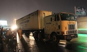 Thiếu nữ 15 tuổi bị container cuốn vào gầm nguy kịch