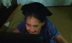 Cụ bà lần đầu ngắm cháu qua ảnh Facebook gây xúc động