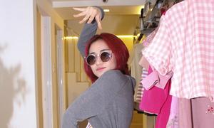 Hòa Minzy tạo dáng bá đạo trong shop của Vân Shi