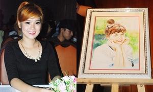 Hoàng Yến Chibi đấu giá tranh chân dung làm từ thiện