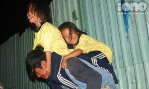 Cuộc sống đầy tiếng cười của 3 cha con mưu sinh vỉa hè