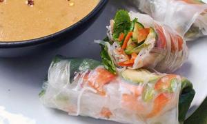 Món ngon cuối tuần: Món cuộn thập cẩm chấm nước sốt