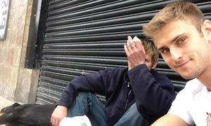 Bác sĩ điển trai giúp đỡ người vô gia cư gây xúc động