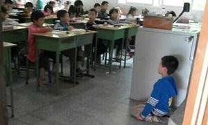 Bé trai 8 tuổi phạm lỗi bị bắt quỳ trước lớp