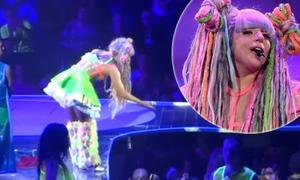 Lady Gaga đòi lại áo vì thấy fan đánh nhau tranh giành