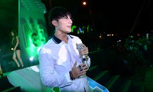 Sơn Tùng M-TP cởi phăng áo khoác nhảy cùng fan