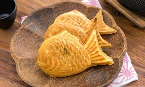 Thưởng thức bánh cá taiyaki Nhật Bản giòn bùi